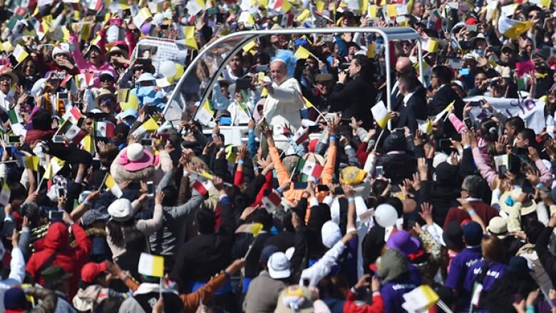 El pontífice llegó a Tuxtla Gutiérrez, Chiapas, minutos antes de las 09:00 horas, donde fue recibido por el gobernador estatal Manuel Velasco y su esposa, Anahí.