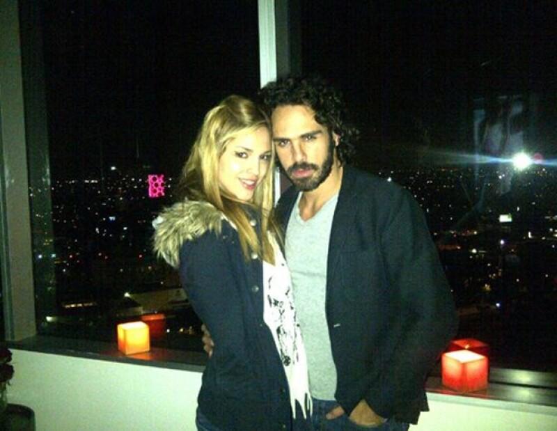 """La pareja fue captada dándose un romántico beso durante la presentación de la telenovela de Televisa """"Amores verdaderos""""."""