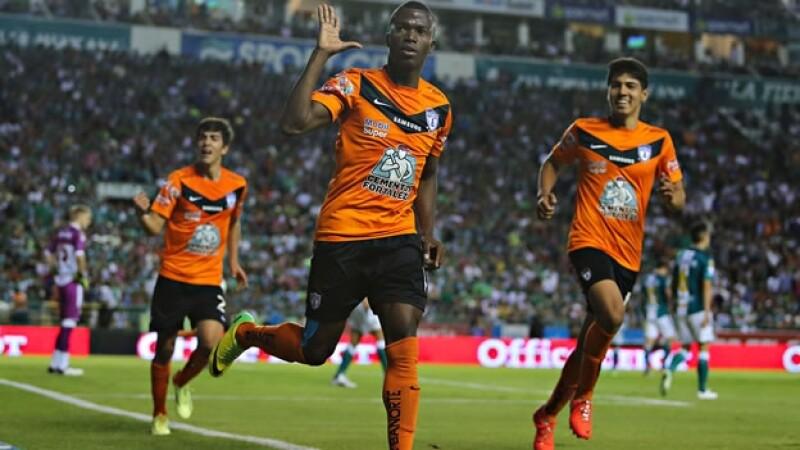 Enner Valencia celebra uno de los dos goles que anotó en su primera final del futbol mexicano este jueves en León, Guanajuato