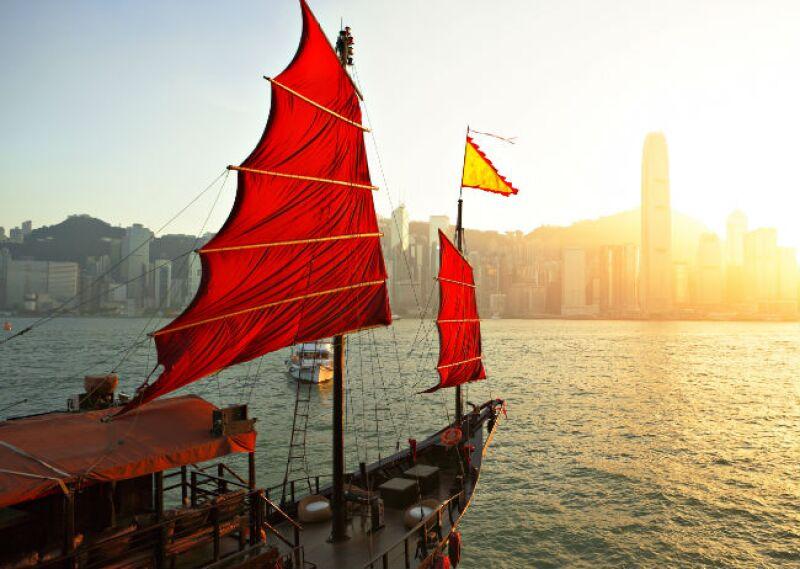 velero chino en el mar