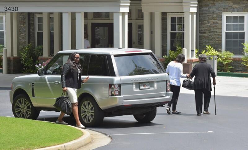 La familia de Bobbi arrivando el Peachtree Christian Hospice en días pasados, pues están al pendiente de la salud de la cantante