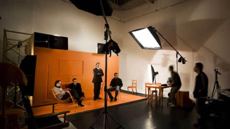 Carpinteros armaron el espacio de madera que serviría como escenario y siete integrantes del equipo de arte participaron en las sesiones fotográficas, las cuales duraron tres días.