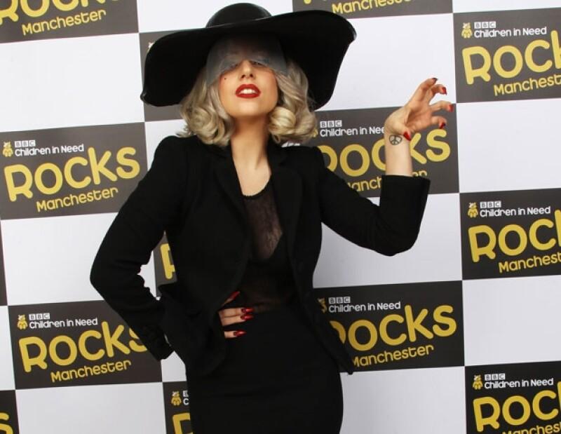 De acuerdo con el diario The Sun, Donatella Versace fue la encargada de hacer realidad el vestido de ensueño de la polémica cantante.