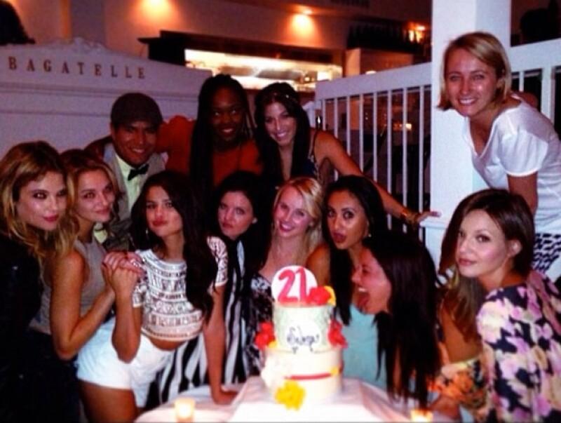 Selena en compañía de sus amigos en un restaurante ubicado en West Hollywood.