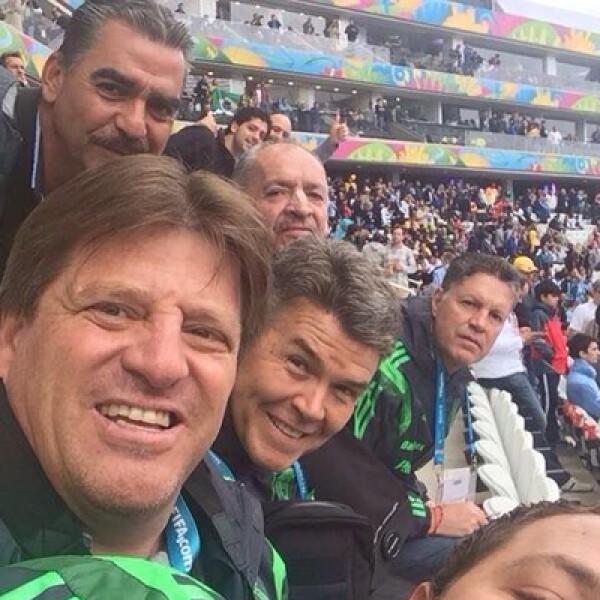 Uno de los personajes del Mundial, Miguel Herrera, junto a parte de su cuerpo técnico y directivos.