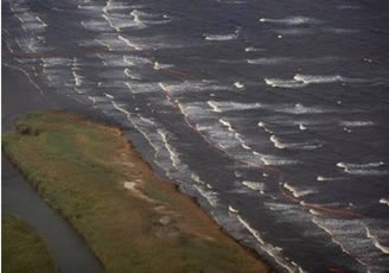 Una plataforma petrolera de British Petroleum se incendió y se hundió en el mar en el Golfo de México. (Foto: AP)