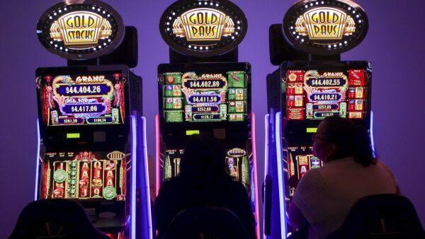 CIUDAD DE MÉXICO, 11JULIO2017.- Personas, de clase media y alta, se dan cita en el Gran Casino del Frontón México, para jugar en las máquinas traga monedas, blak jack, poker, apuestas y mesas de juego, en los que se pueden apostar desde cantidades pequeñas hasta cantidades altas. FOTO: JUAN PABLO ZAMORA /CUARTOSCURO.COM