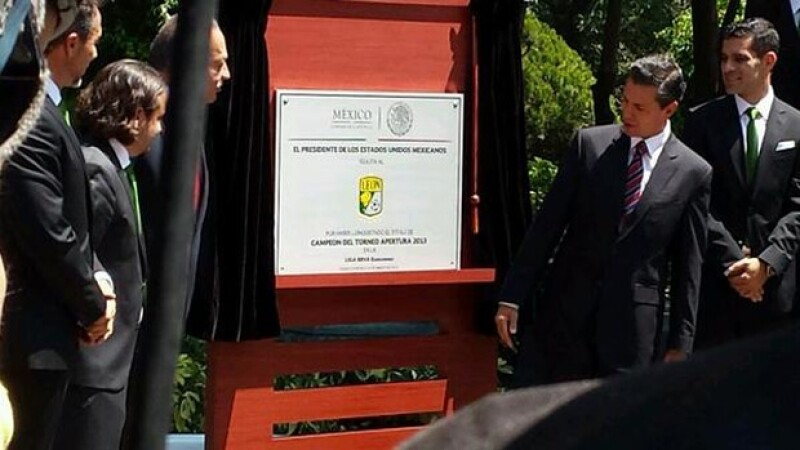 El presidente Enrique Peña Nieto develó una placa en honor al equipo.