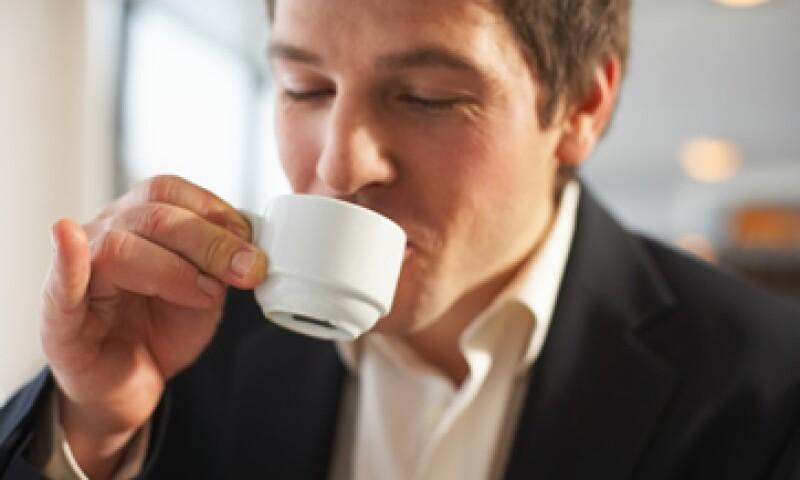 Una dosis moderada de café incrementa la concentración de los empleados, según un estudio. (Foto: ThinkStock)