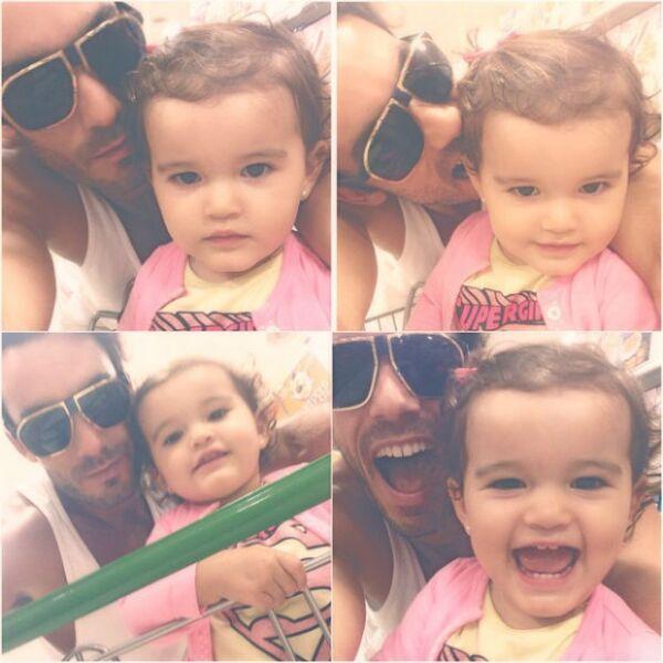 Aarón Díaz se toma selfies con su pequeña Erin mientras van juntos al súper.