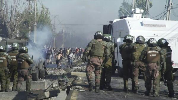 Manifestantes en Chile enfrentan policías por falta de alimentos en cuarentena