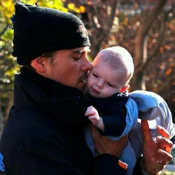 Cuando Fergie tiene una agenda ocupada, papá Josh lleva a Axl a pasear al parque.