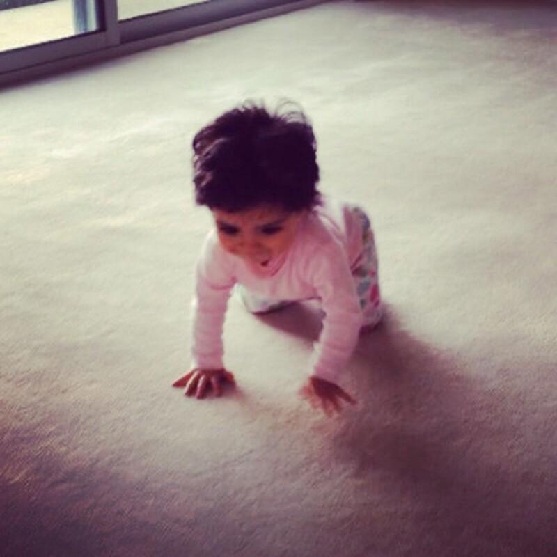 Alessandra Rosaldo publicó orgullosa en Instagram una tierna imagen de su hija de ocho meses de edad, recorriendo la alfombra de su casa y a muy poco de dar sus primeros pasos.