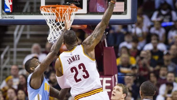 Lebron James (centro) de los Caballeros de Cleveland, uno de los jugadores más emblemáticos de la NBA.
