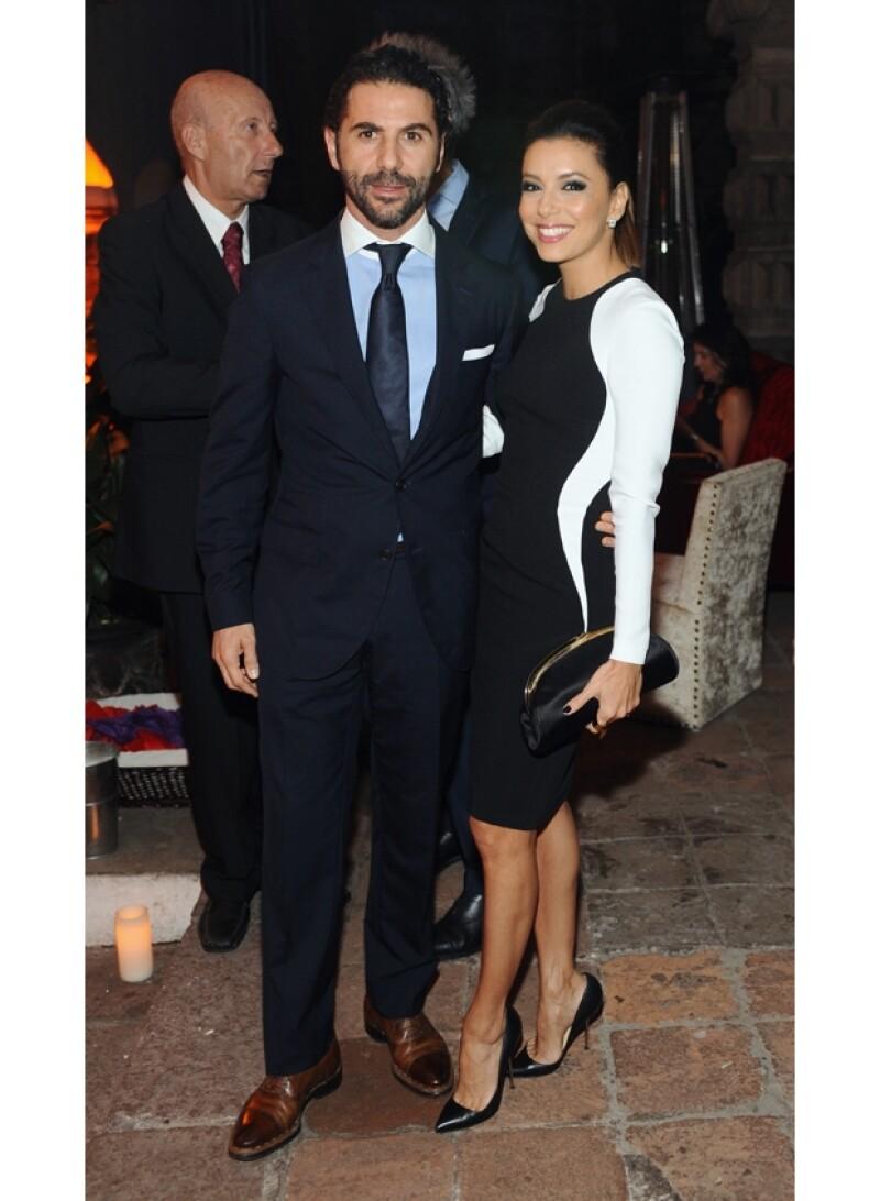 El empresario y la actriz posaron juntos para la cámara durante la cena por la inauguración del Museo Jumex. Él posó su mano sobre la espalda baja de su `date´.