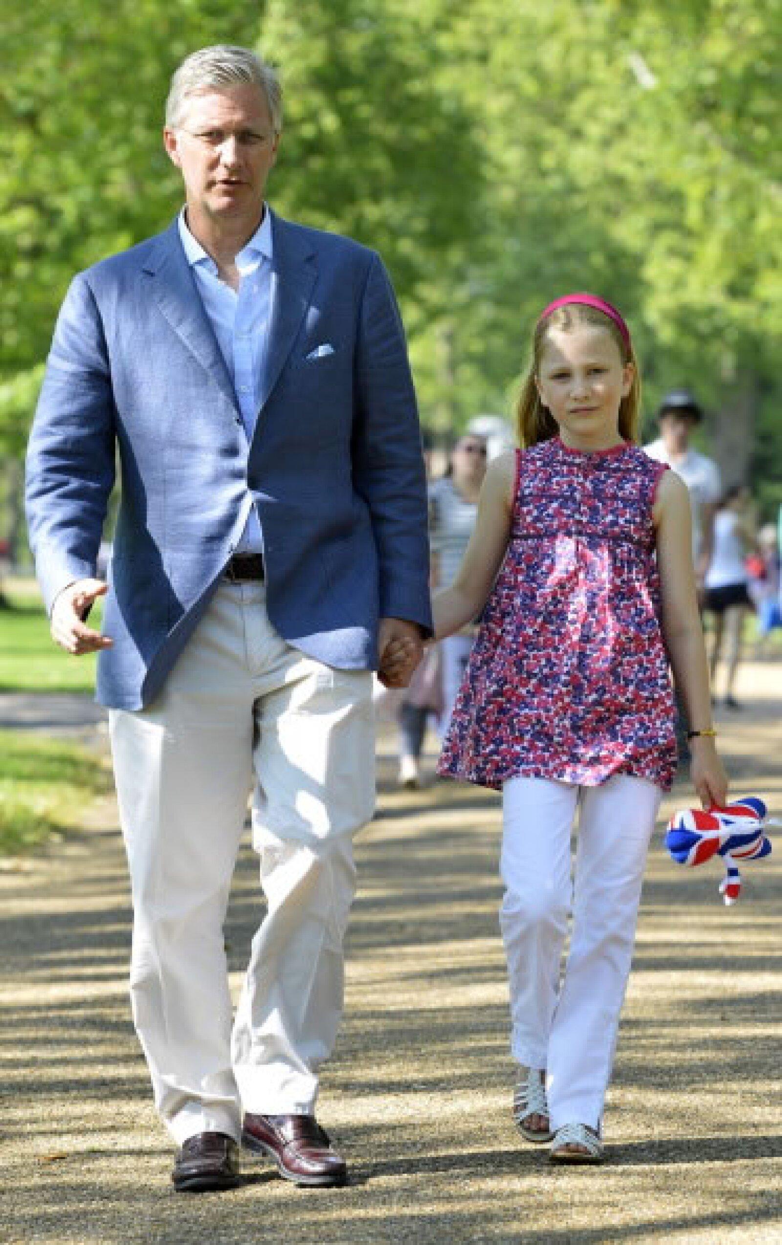 Su padre, el Rey Felipe, la apoya y la acompaña hasta la escuela, como cualquier padre.