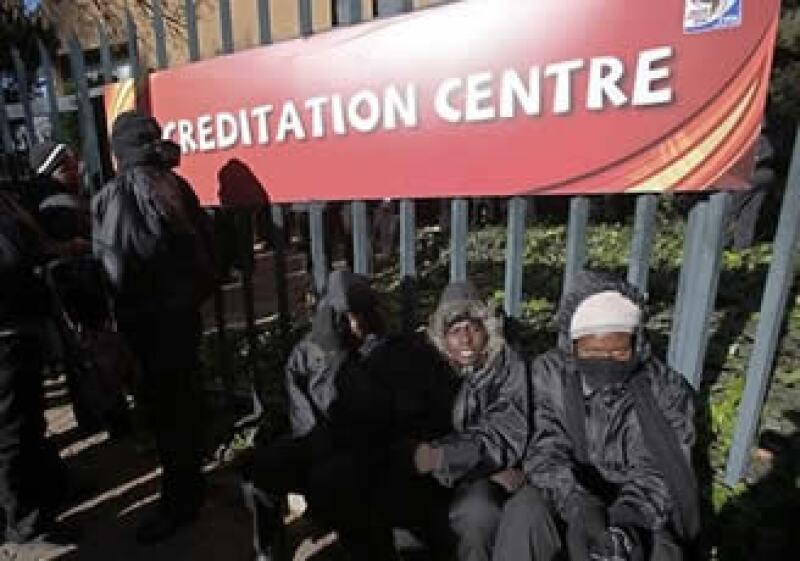 Los revendedores pueden ser encontrados enfrente de las oficinas de venta oficiales de la FIFA. (Foto: AP)