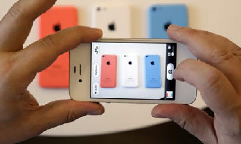 El iPhone 5c es un modelo más barato y no cuenta con el desbloqueo por huella digital.  (Foto: Reuters)