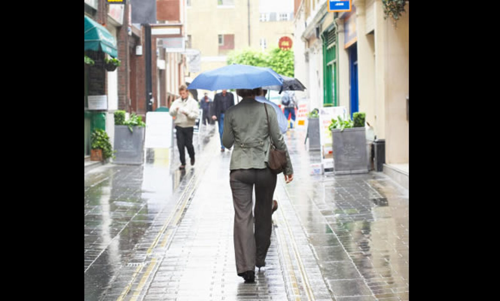 Si vas a viajar a Londres, no olvides que se caracteriza por ser un destino en el cual constantemente llueve. Según la página de pronóstico climático weather.com, durante mayo la temperatura mínima estará en los 9° C y la máxima en los 20° C.