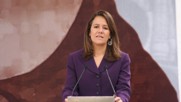 Cristina Fernández, Hillary Clinton, Margarita Zavala, -entre otras esposa de presidentes- han hecho más que ser sólo Primeras Damas, algunas han llegado al poder. Aquí te contamos sus historias.