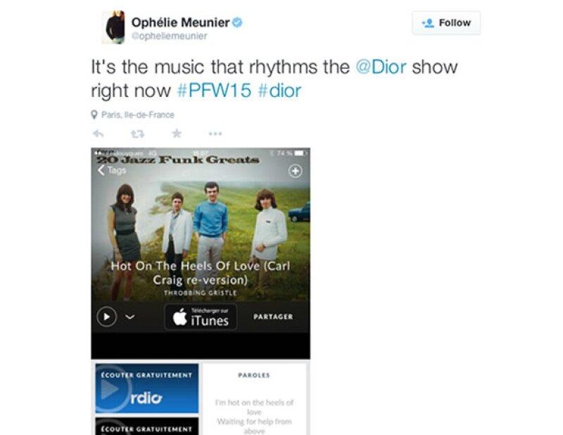 La periodista Ophélie Meunier tuiteó desde el desfile.