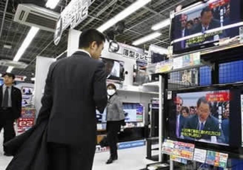 Políticos y personas en Japón se mantuvieron atentos a la presentación de Toyoda en EU. (Foto: Reuters)
