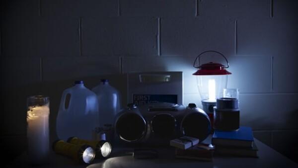 Agua, veladora, lámparas y víveres son indispensables para sobrevivir a un desastre natural, según expertos