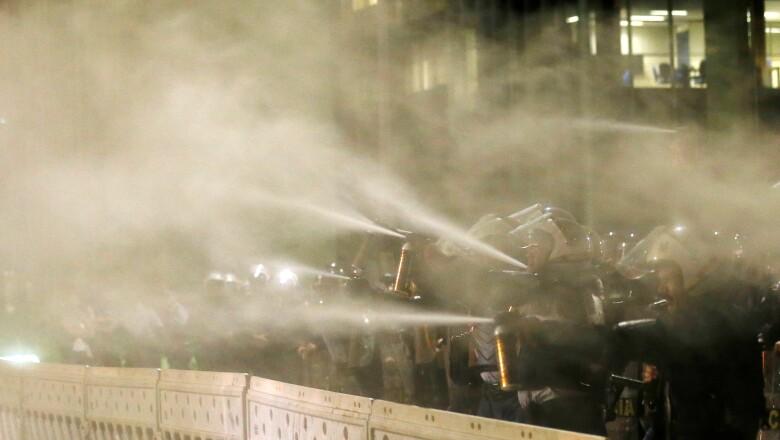 Policías brasileños utilizaron gas lacrimógeno durante las manifestaciones que se dieron tras la separación de Rousseff de la presidencia.