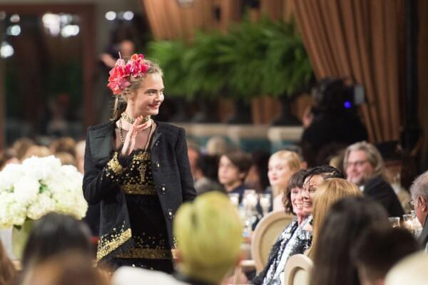 Cara Delevigne caminando para Chanel en el Hotel Ritz de París.