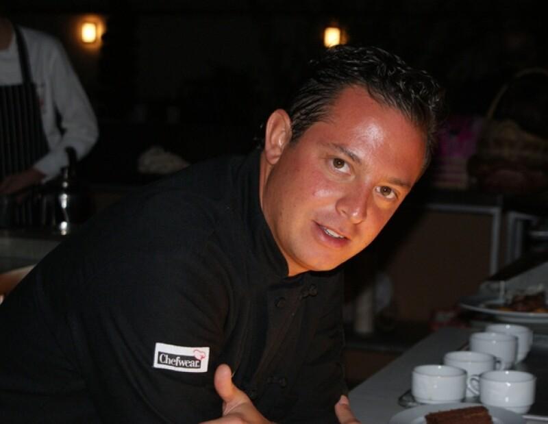 El chef Eduardo Cabrera bañó de salsa de mango su emparedado.