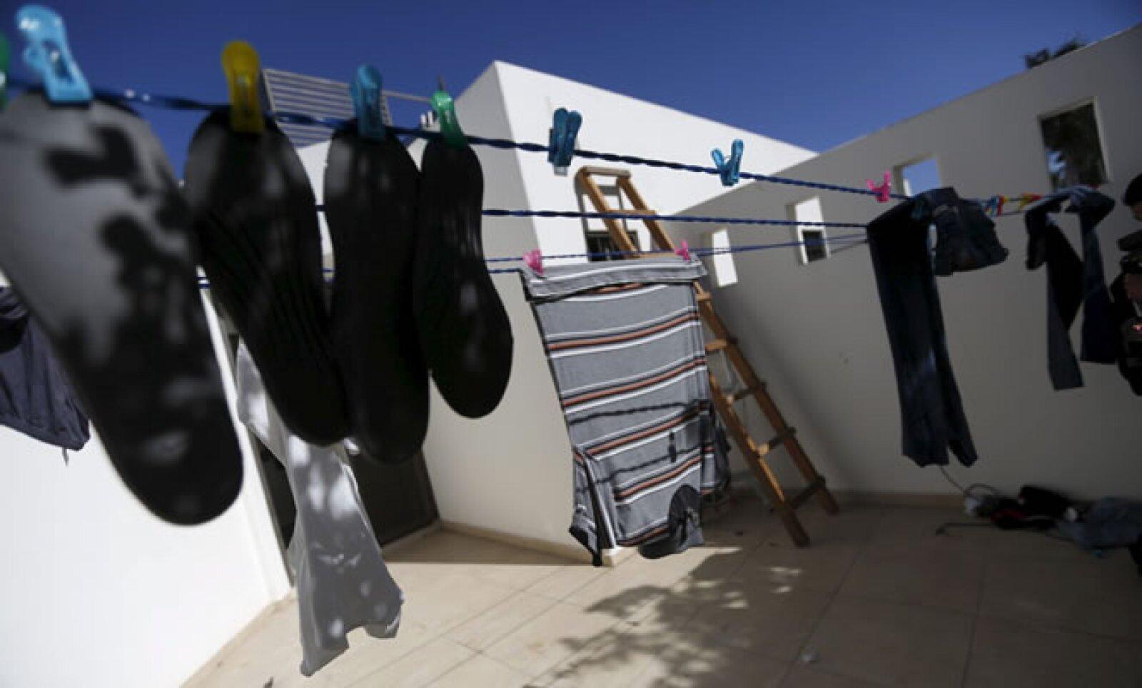 En la casa fueron halladas prendas de mujer y de hombre, además de maquillaje, medicamentos y zapatos