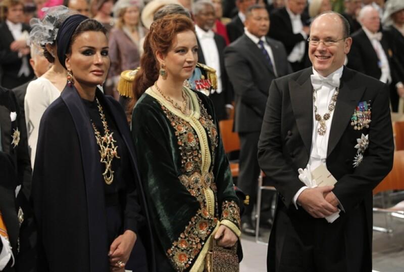 Alberto asistió sin Charlene a la investidura de Máxima y Guillermo de Holanda. En la imagen, junto a Sjeikha Moza bint Nasser al Misned de Qatar (una de las tres esposas del emir de Qatar) y la princesa Lalla Salma de Marruecos.
