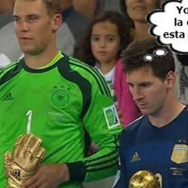 Aunque muchos se quedaron esperando el gol de Messi, el jugador argentino por lo menos vio el Balón de Oro en sus manos.