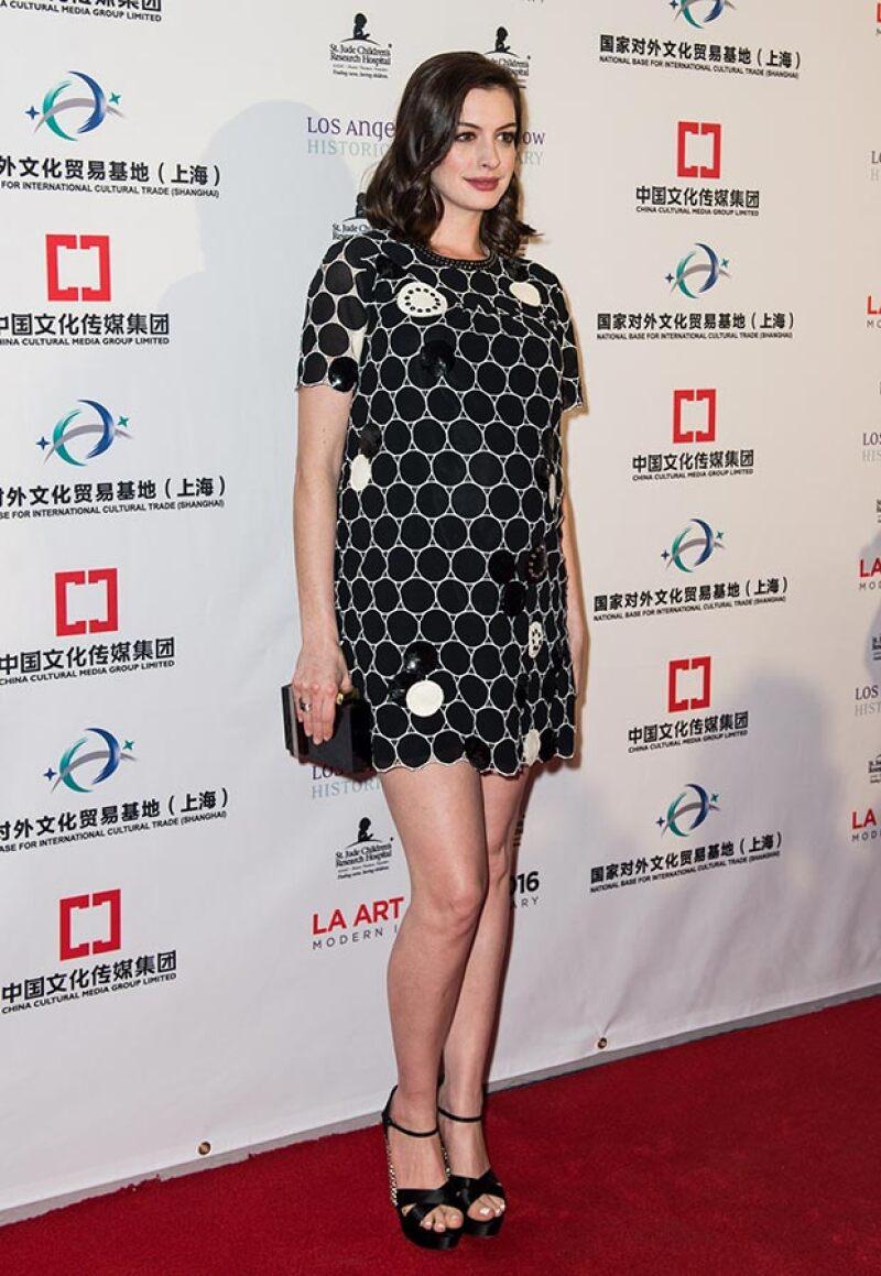 La actriz lució un mini vestido que dejó a la vista sus sexys piernas.