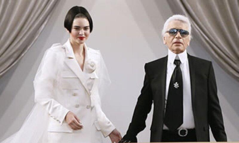 Kendall Jenner portando el saco de Chanel, junto a Karl Lagerfeld. (Foto: AFP)