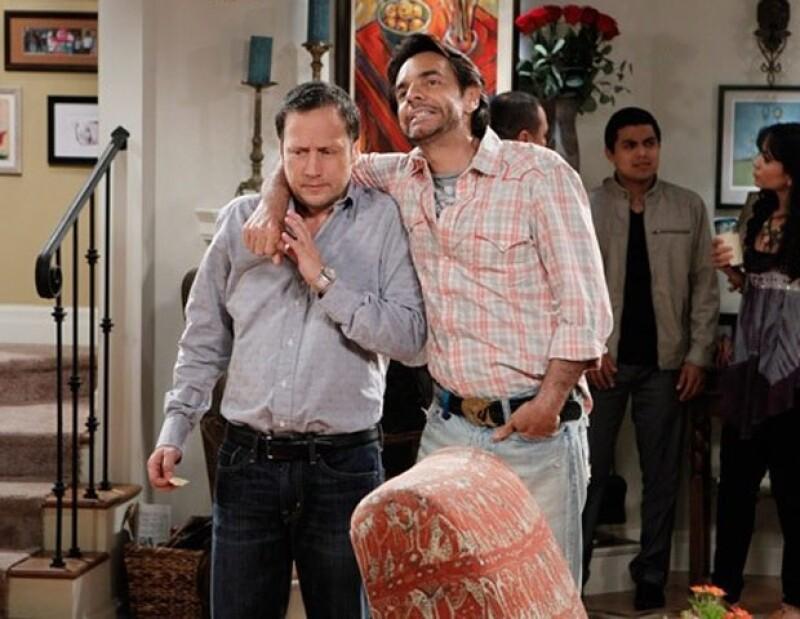 El actor mexicano festejó el éxito que tuvo la serie que graba con Rob Schneider, en el primer día de transmisión y también, que llegó al millón de seguidores en Twitter.