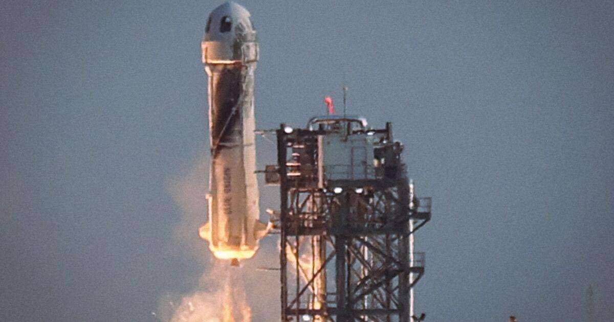Bezos viaja 11 minutos al espacio en el primer vuelo tripulado de Blue Origin