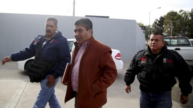 Simón Vicente Pacheco (centro), alcalde de Charapan, escoltado por policías ministeriales de Michoacán