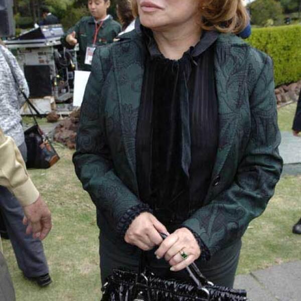 ¿Qué mujer no ama Prada? Elba Esther no se iba a quedar atrás con este bolso.