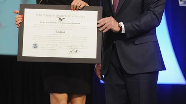 Thalía recibió la distinción Outstanding American by Choice, que reconoce a las personas que obtuvieron la ciudadanía de Estados Unidos por decisión y que han destacado por sus logros profesionales, su participación cívica y como ciudadanos responsables.