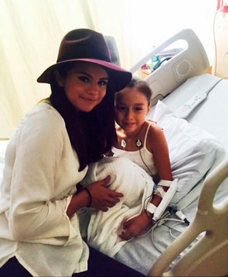 La cantante llevó esperanza a los niños y se tomó fotografías con ellos.