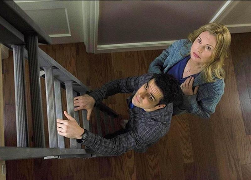 El mexicano tiene el estelar en la serie The Exorcist que estrena este otoño, y la primera imagen que compartió en escena aparece al lado de una de las actrices más icónicas de Hollywood.