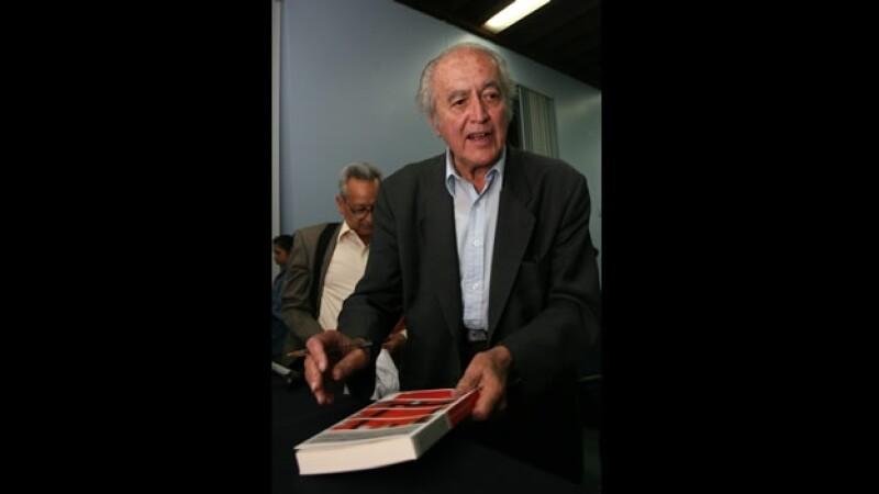 El filósofo y escritor Luis Villoro durante una firma de autógrafos al final de la presentación de un libro en febrero de 2009