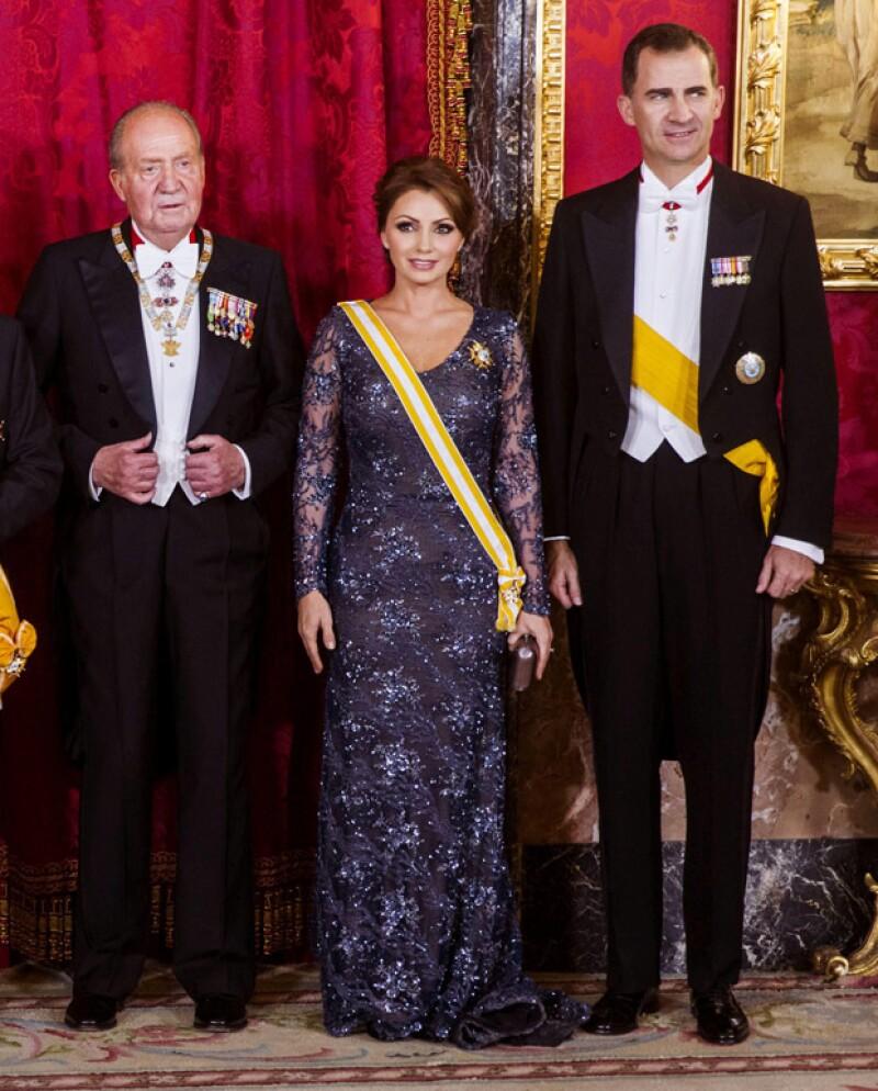 Fuentes presidenciales confirmaron que la primera dama usará este 15 de septiembre el vestido de Benito Santos que lució en 2014 durante su encuentro con los reyes de España.