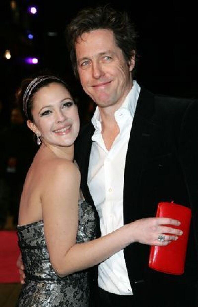 Según un diario estadounidense, la pareja de actores, que se conoce desde hace un par de años cuando filmaron Letra y Música, fue vista besándose en un hotel.