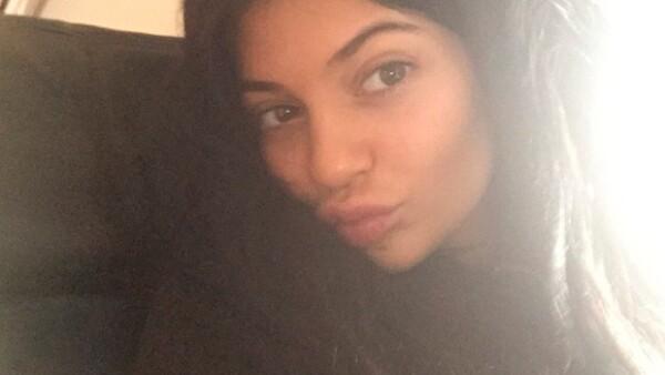 La menor del clan Kardashian-Jenner publicó un par de fotografías en las que, como Tyra Banks, sigue la tendencia &#39no make up&#39.