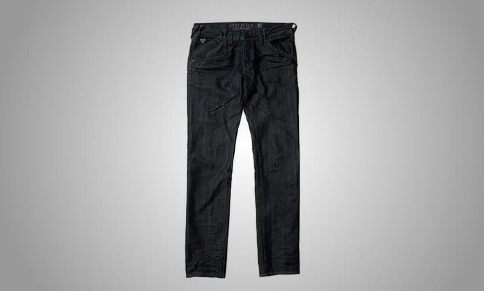 """La colección se simplifica con los pantalones tipo """"chino"""", con costuras invertidas y detalles en las pinzas."""