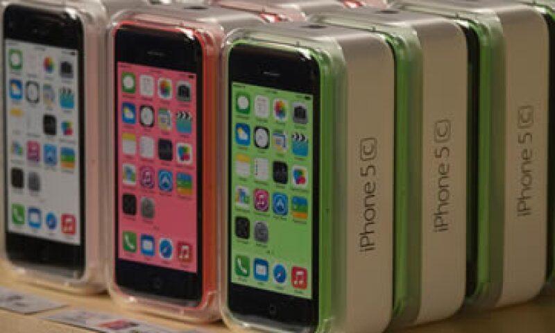 Apple dijo previamente que vendió 9 millones de unidades de sus modelos 5C y 5S, aunque no dio cifras separadas para los modelos. (Foto: Reuters)
