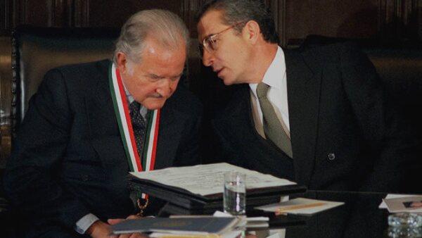 El autor de la novela 'Aura' recibió de manos del entonces presidente de México, Ernesto Zedillo, la medalla Belisario Domínguez  en la Ciudad de Mexico City, el 7 de octubre de 1999.