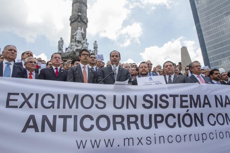 Empresarios afiliados a Coparmex mostraron su inconformidad ante la decisión de los legisladores.
